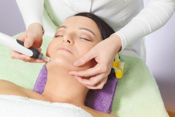 Microneedling-Behandlung mit dem DermaPen